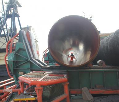 Un ouvrier apparait dans un segment du gazoduc Nord Stream - Shutterstock/John Kjorstad