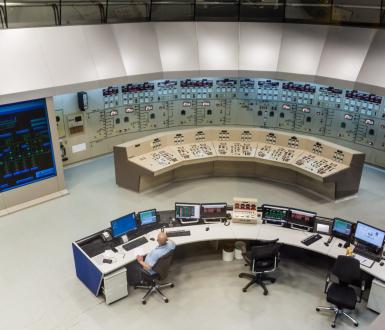 Salle de contrôle du barrage hydroélectrique Itaipu sur la rivière Parana, à la frontière du Brésil et du Paraguay. Shutterstock/Matyas Rehak
