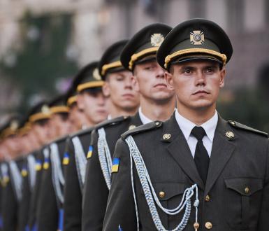 Soldats ukrainiens en répétition d'une parade à Kiev