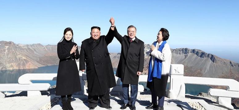 Kim Jong-un and Moon Jae-in meet