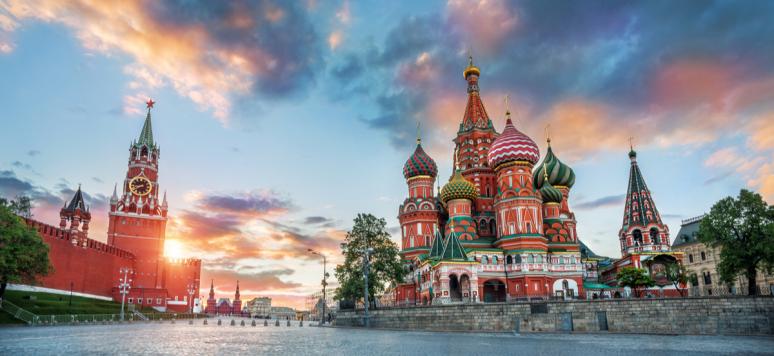 La cathédrale Saint-Basil et la tour Spasskaya du Kremlin de Moscou et le coucher de soleil d'été avec des nuages colorés