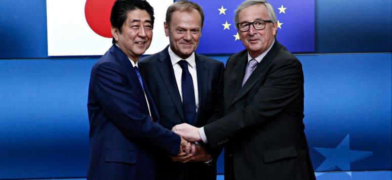 Shinzo Abe est accueilli par Donald Tusk et Jean-Claude Juncker au sommet UE-Japon du 6 juillet 2017 à Bruxelles