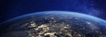 L'Europe la nuit vue de l'espace avec des lumières de la ville montrant l'activité humaine en Allemagne, France, Espagne, Italie et d'autres pays, rendu 3d de la planète Terre, éléments de la NASA