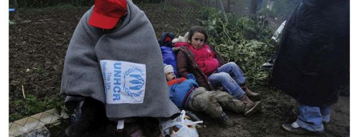 Un réfugié tente de se protéger contre le froid à la frontière entre la Serbie et la Croatie.