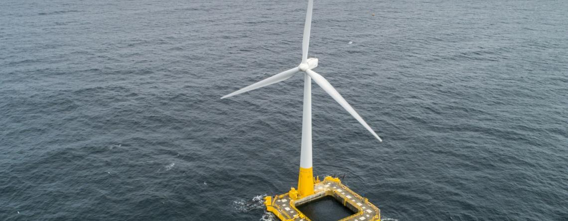 L'éolienne flottante Floatgen, équipée du flotteur Ideol, installée sur le site SEM-REV (Centrale Nantes) au large du Croisic.