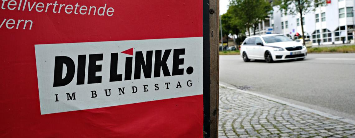 Ein Wahlkampfplakat der Partei Die Linke in einer Straße in München, Deutschland am 23. Juli 2017