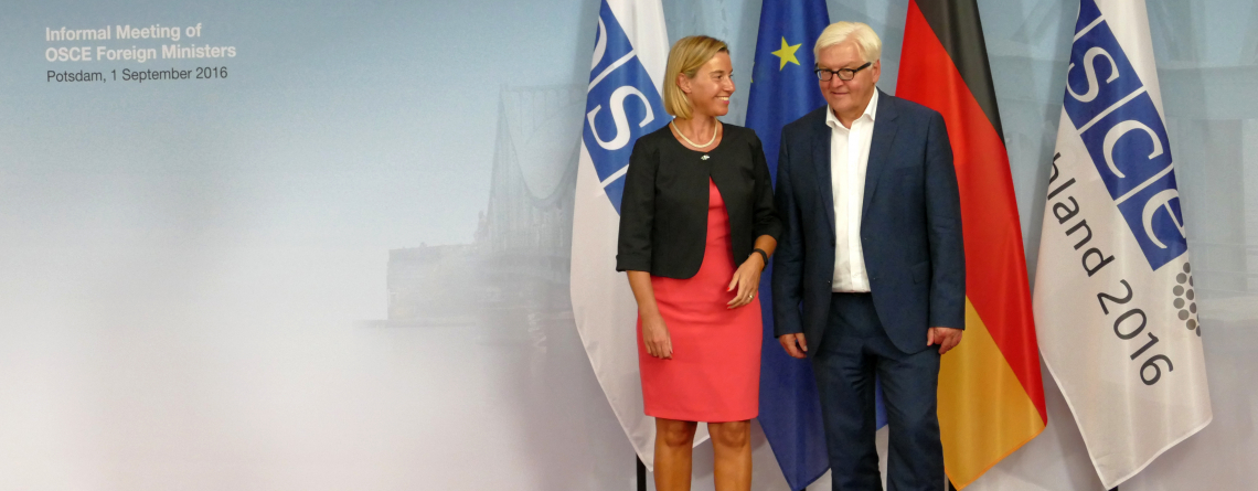 Bundesaußenminister Dr. Frank-Walter Steinmeier begrüßt Federica Mogherini, Hohe Vertreterin der EU für Außen- und Sicherheitspolitik. Potsdam, Deutschland. 1. September 2016.