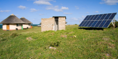 Panneaux solaire dans un village en Afrique. Shutterstock/Daleen Loest