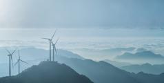 Parc éolien au sommet de la montagne Jiugong dans la province du Hubei, Chine - Shutterstock/Chuyuss