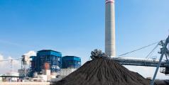 Amas de lignite servant à alimenter une centrale électrique. Crédit: John Kasawa