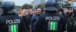 Des manifestants de droite crient derrière une rangée de policiers à Chemnitz, en Allemagne, le 1er septembre 2018