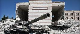 Deux chars détruits devant une mosquée à Azaz, Syrie, 2012.
