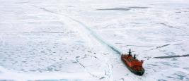 Brise-glace dans l'Arctique
