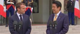 Le Président Emmanuel Macron reçoit Shinzo Abe, Premier ministre du Japon