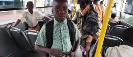 Enfants dans un bus scolaire nigérian