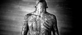 Chelatenango, El Salvador. Mai 2007. Un membre du gang Mara Salvatrucha affiche ses tatouages à l'intérieur de la prison Chelatenango. Crédits : Moisen Saman, courtoisie de Sony World Photography Award 2008