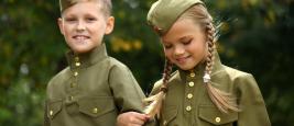 Deux enfants en uniforme militaire de la Grande Guerre Patriotique