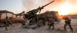 Des soldats français de la Task Force Wagram ouvrant le feu avec un CAESAR à al-Qaïm contre des positions tenues par l'État islamique en soutien aux Forces démocratiques syriennes lors de l'Offensive de Deir ez-Zor, le 16 mai 2018