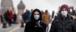 Moscou, Russie. Le 1er février 2020, des Russes portent un masque médical en marchant sur la Place Rouge