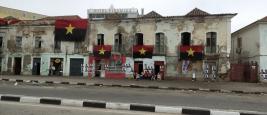 Habitants assis dans la rue le jour des élections en Angola, sous les drapeaux du Mouvement populaire de libération de l'Angola (MPLA), 23 août 2017