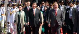 Le Premier ministre pakistanais Muhammad Nawaz Sharif et le Président chinois Xi Jinping à son départ de la base aérienne de Nur Khan le 21 avril 2015 à Islamabad