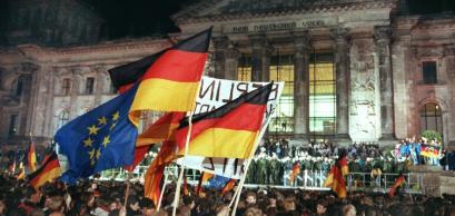 Célébration de la réunification allemande à l'extérieur du bâtiment du Reichstag à Berlin dans la nuit du 3 octobre 1990.