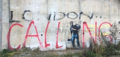 L'appel de Londres, un tag resté sur les murs du pont d'autoroute situé juste à côté de l'ancienne jungle de Calais.