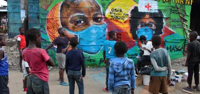 Peintures murales pour sensibiliser au COVID-19 dans le quartier informel de Mathare, à Nairobi, au Kenya, en avril 2020