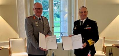 Le général Eberhard Zorn (à gauche) et l'amiral David L. Johnston (à droite).