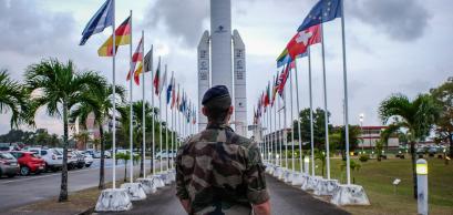 Militaire devant la fusée Ariane