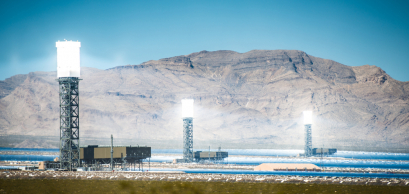 Centrale solaire à concentration dans le désert de Californie - Piotr Zajda