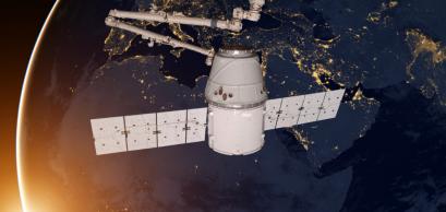 SpaceX Dragon orbitant autour de la planète Terre. Partie de cette image est fournie par la NASA