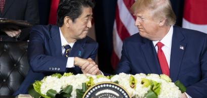 Donald Trump et Shinzo Abe signant leur accord commercial le 25 septembre 2019